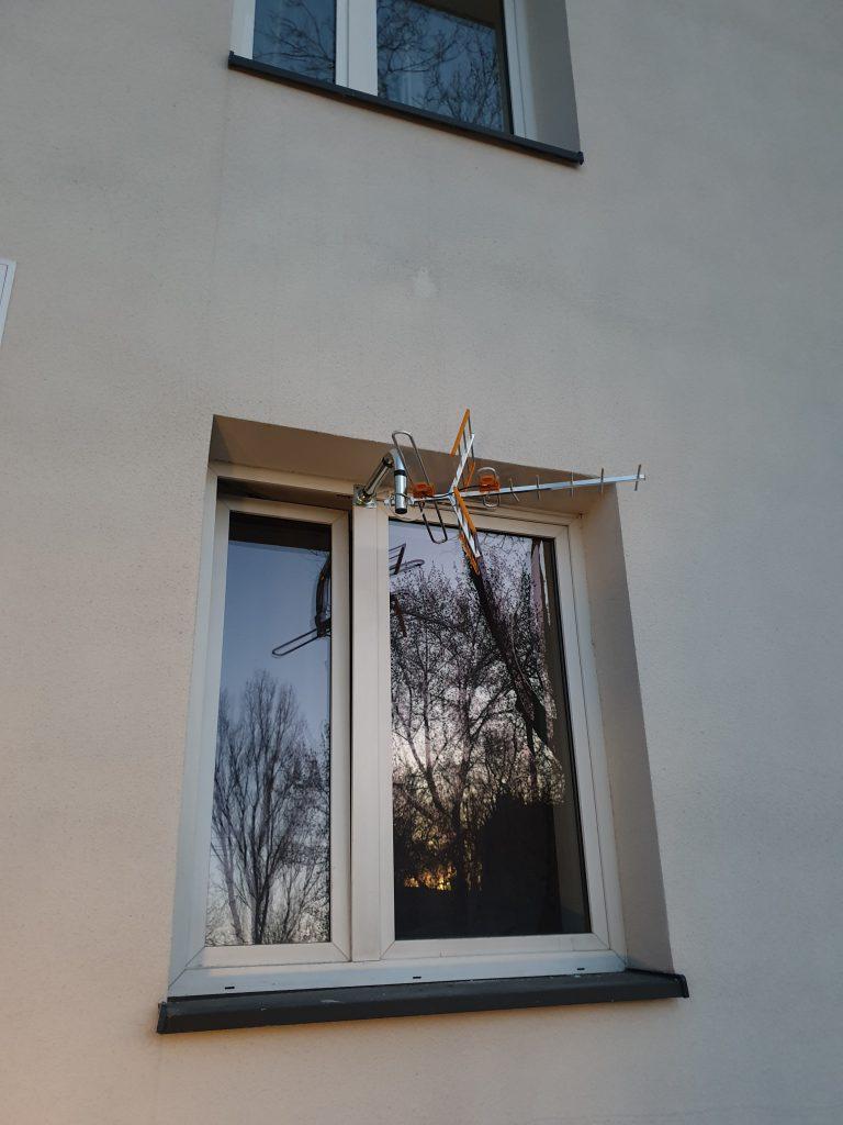 montaż anteny w oknie